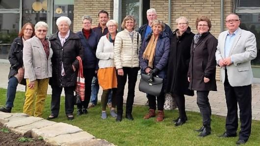 Am Hochbeet trafen sich zum ersten Fachgespräch die Vertreterinnen und Vertreter der Kindertagesstätte Varietà, des Gärtnermuseums und des Museums Wolfenbüttel.