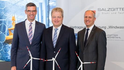 Vertragsunterzeichnung des Projekts Windwasserstoff Salzgitter (v. l.): Dr. Stephan Tenge, Technikvorstand Avacon AG; Ulrich Grethe, Mitglied Konzerngeschäftsleitung Salzgitter AG; Jens Waldeck, Geschäftsleiter Region Zentral Europa.