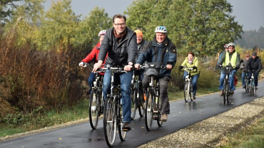 Andreas Ebel weiht den neuen Radweg ein.