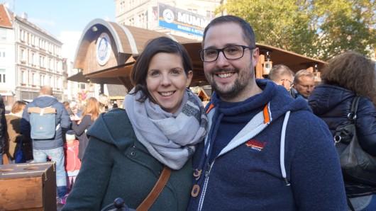 Bei Annette und André gibt es zum Mumme-Glühwein und Bier Flammlachse.