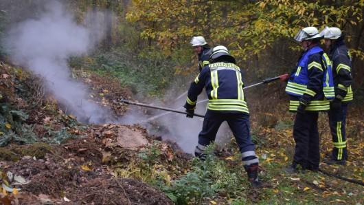 Der brennende Komposthaufen musste auseinander gezogen werden.
