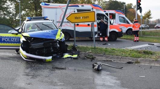 Auch Polizeibeamte wurden bei dem Unfall verletzt.