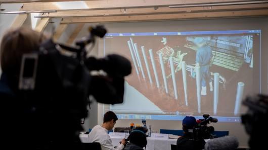 Eine heimlich gedrehte Videoaufnahme aus einem Rinderschlachthof wird bei der Pressekonferenz des Deutschen Tierschutzbüros zu möglichen Verstößen gegen das Tierschutzgesetz vor Pressevertretern gezeigt.