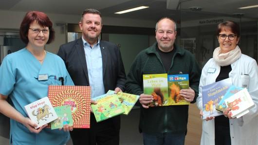 Von links: Doreen Schütte (Pflegerische Leitung), Andreas Busch (Bürgermeister der Gemeinde Lehre), Jürgen Kirchmann (Kulturverein Lehre e.V.) und Dr. Bernadett Erdmann (Chefärztin der Zentralen Notfallaufnahme).