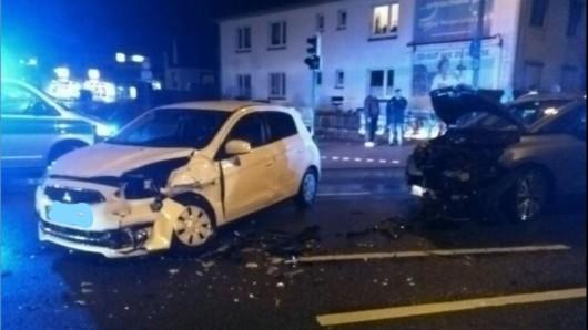Der Fahrer des Mitsubishi wurde in seinem Wagen eingeklemmt.