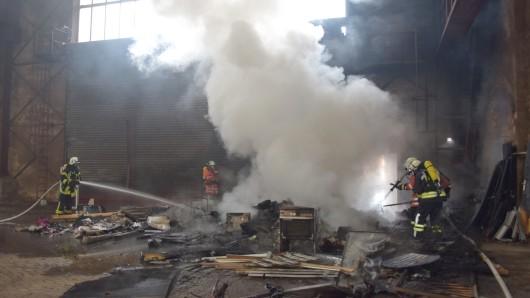 Unter Atemschutz musste das Feuer gelöscht werden.