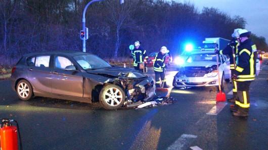 Die Fahrer beider Wagen wurden bei dem Unfall verletzt.