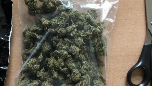Die Beamten entdeckten in der Wohnung rund 50 Gramm Marihuana.