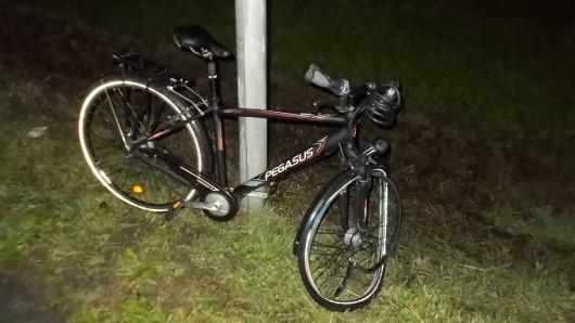Zwei Autos fahren über das Rad gefahren. Der Fahrer blieb unverletzt.