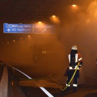 Die Feuerwehr löschte Sonntagnacht einen Brand im Heidbergtunnel. (Archivbild)