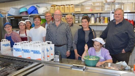 In der Küche der Jugendherberge Goslar, Astrid Hehlgans sitzt vorne ganz rechts. In der Mitte steht Uwe Wemken (mit Spitzbart) und links daneben Uwe Rump-Kahl.