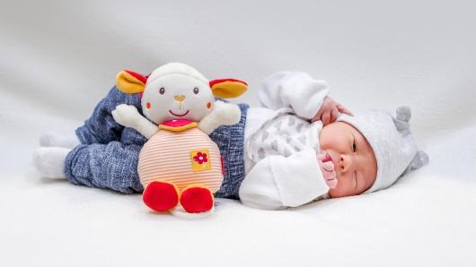 Leano Luan Roslau wurde am 12. Dezember um 11:50 Uhr in der Helios St. Marienberg Klinik in Helmstedt geboren. Er ist 50 cm groß und wiegt 3.160 Gramm. Seine Eltern sind Shirly Patthawara und Till Roslau.