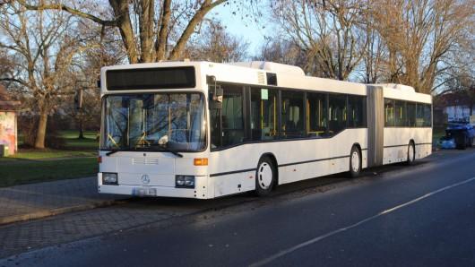 Dieser weiße Bus in der Swindonstraße in Salzgitter-Lebenstedt hatte Aufmerksamkeit erregt.