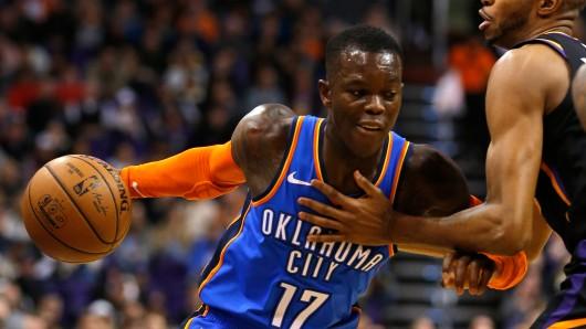 Troy Daniels (r) von den Phoenix Suns gegen Dennis Schröder von den Oklahoma City Thunder.