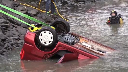 Rettungskräfte bergen ein ins Hafenbecken gestürztes Auto. Ein 81-jähriger Mann und seine 79-jährige Ehefrau sind mit ihrem Auto in Wilhelmshaven in ein Hafenbecken gerollt und untergegangen. Der Mann starb am 06.01.2019 noch an der Unfallstelle, die Frau sei am 07.01.2019 im Krankenhaus gestorben, teilte die Polizei mit.