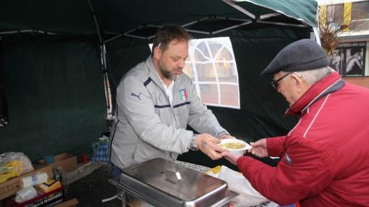 Gianluca Calabrese hat gemeinsam mit Freiwilligen rund 100 Liter Suppe in Lebenstedt verteilt.
