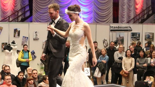 Models präsentieren Brautmoden.