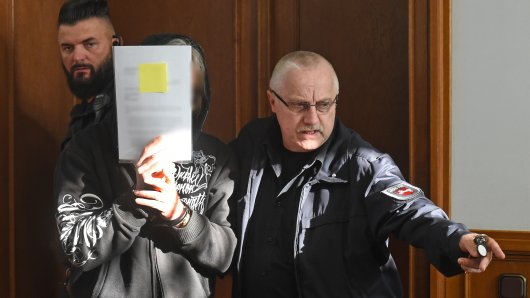 Der Angeklagte Uwe K. (M) betritt einen Gerichtssaal im Landgericht. Um mit seiner Geliebten ein neues Leben beginnen zu können, soll der 45-Jährige K. im vergangenen Mai im Kreis Schaumburg seine Ehefrau niedergeschlagen und erstickt haben.