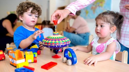 Baran (l) und Hira spielen während der Eröffnung des christlich-muslimischen Kindergartens Abrahams Kinder an einem Tisch. Fünf Monate nach der Eröffnung der Zwei-Religionen-Kita in Gifhorn ziehen die Initiatoren eine erste positive Bilanz.