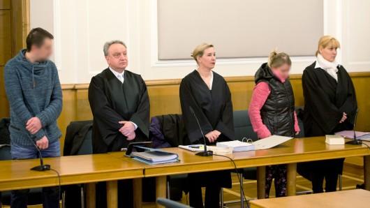 Der Angeklagte, sein Anwalt Ulrich Rattay, die Anwältin der Angeklagten, Sandra Karduck, die Angeklagte und ihre zweite Anwältin Christiane Preuß (l-r) stehen zu Prozessbeginn im Verhandlungssaal vom Landgericht.