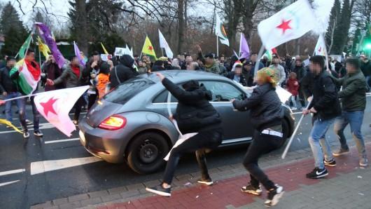 Einige Demonstranten gingen auf den Wagen los. Die Polizei hat ein Ermittlungsverfahren eingeleitet.