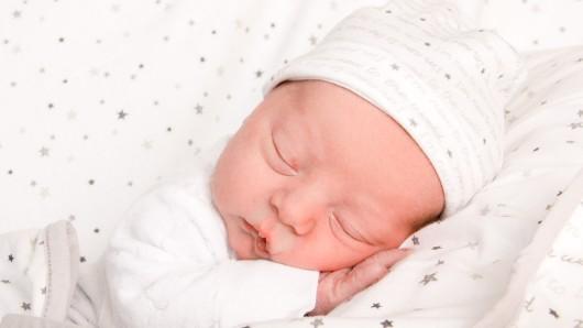Anton Sullyvan Kahl wurde am 21. Januar um 14:53 Uhr in der Frauenklinik am Standort Celler Straße geboren. Er ist 54 cm groß und wiegt 3.120 Gramm. Seine Eltern sind Marina und Sven Kahl.