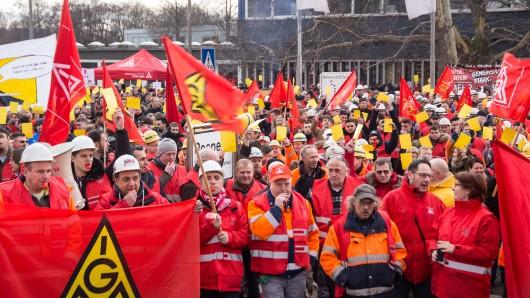 Die Mitarbeiter waren am Donnerstag vor das Werkstor der Salzgitter AG gezogen.