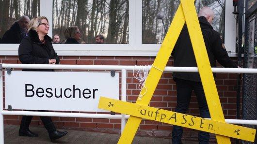 Bundesumweltministerin Svenja Schulze (SPD) geht über den Besuchereingang auf das Gelände vom Atommülllager Asse. Die Besichtigung des Lagers markiert den Auftakt eines zweitägigen Besuchs der SPD-Politikerin in Niedersachsen.