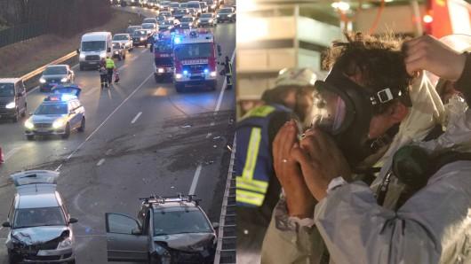 Nachdem sich nach einem Unfall auf der A36 ein langer Stau gebildet hatte, ist ein Auto auf ein Gefahrgut-Transporter gekracht.