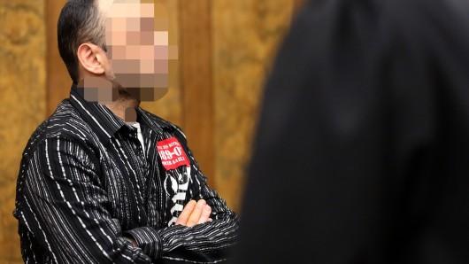 Duisburg: Der damalige Präsident der Duisburger Rockergruppe Satudarah sitzt vor Beginn des dritten Prozesstages im Verhandlungssaal. Bei der Fortsetzung vom Prozess gegen mutmaßlichen Anführer der Terrormiliz IS in Deutschland, Abu Walaa, ist die Aussage des Ex-Rockerchefs geplant. (Archivbild)