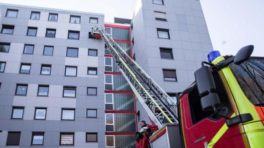 Als die Einsatzkräfte die Wohnungstür nicht öffnen konnten, musste die Drehleiter herhalten.