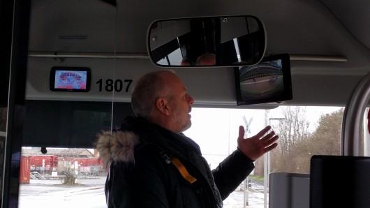 Andreas Glaser von der Verkehrs-GmbH erklärt die neue Technik.