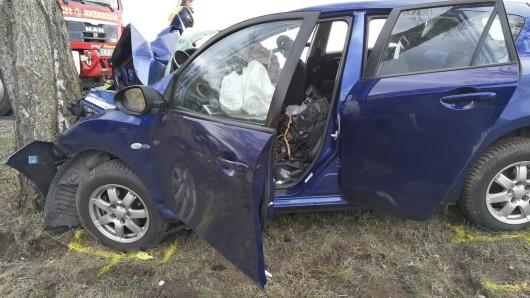 Der Wagen war frontal gegen einen Baum geprallt.