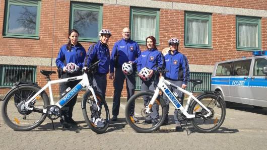 Diese fünf Beamten sind künftig mit dem Rad unterwegs: Karolin Dilling, Mathias Chmela, Ralf Müller, Anneke Wintjen-Miebs und Cornelia Litwora.