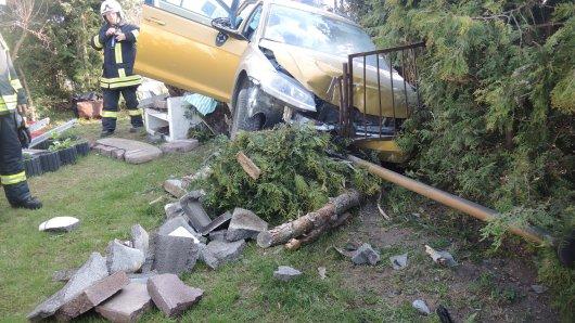 Der Wagen war ungebremst durch eine Mauer gefahren.