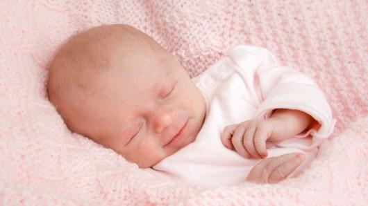 Charlotta Gebauer wurde am 19. März um 7:21 Uhr in der Frauenklinik am Standort Celler Straße geboren. Sie ist 47 cm groß und wiegt 2.560 Gramm. Ihre Eltern sind Annalena und Dennis Gebauer.