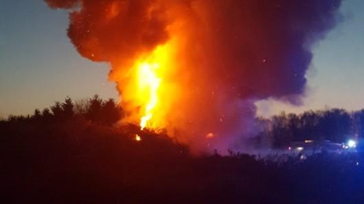 Rund ein Drittel des aufgeschütteten Haufens brannte nieder.