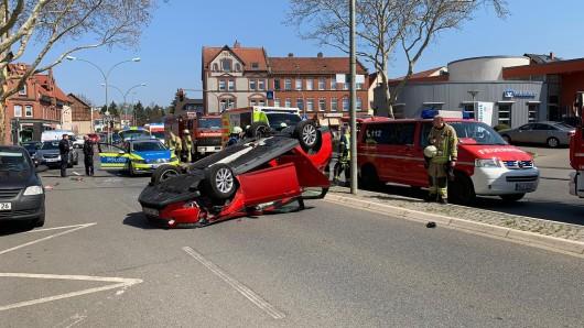 Der Wagen war gegen ein geparktes Auto geprallt und hatte sich überschlagen.