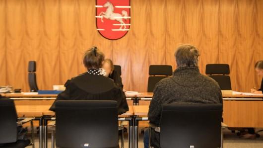 Einer der Angeklagten samt Verteidigung im Amtsgericht Salzgitter.