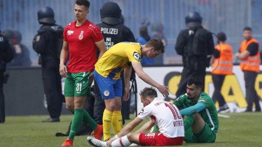 Yari Otto (17, Braunschweig) zusammen mit den enttaeuschten Fabio Viteritti (10, Cottbus) und Avdo Spahic (1, Cottbus) nach dem Spiel.