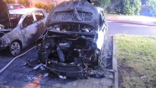Der Motorraum von zwei Autos brannte lichterloh.