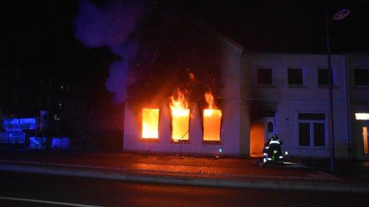 Als die Feuerwehr eintraf, schlugen die Flammen bereits aus den Fenstern.