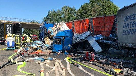 Bei dem Unfall auf der Autobahn Hannover-Bremen wurde die Kabine eines Lkw abgerissen.