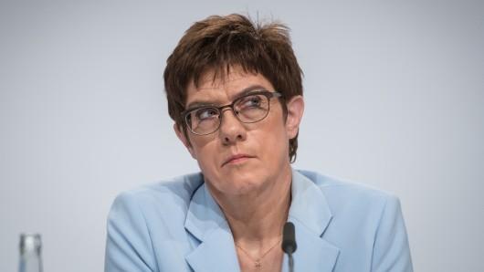 Bei der aktuellen Sonntagsfrage schneidet Annegret Kramp-Karrenbauer schlecht ab.