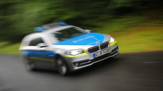 Hessen: Nachdem ein 28-Jähriger bei einem schweren Unfall gestorben ist, kommen fragen zu den Mitfahrern auf. (Symbolbild)