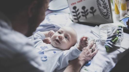 Baby: An das Wohl seines Kindes scheint der Vater offenbar nicht zu denken. (Symbolbild)