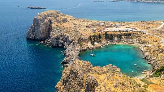 Urlaub in Griechenland: Ein Fehler ließ die Rhodos-Reise der Familie ins Wasser fallen. Statt am Strand wie in Lindos musste die Familie in Deutschland bleiben. (Symbolbild)