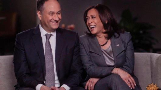 """Vizepräsidentin Kamala Harris mit Ehemann Doug Emhoff. Er ist der erste """"Second Gentleman"""" in der Geschichte der USA."""
