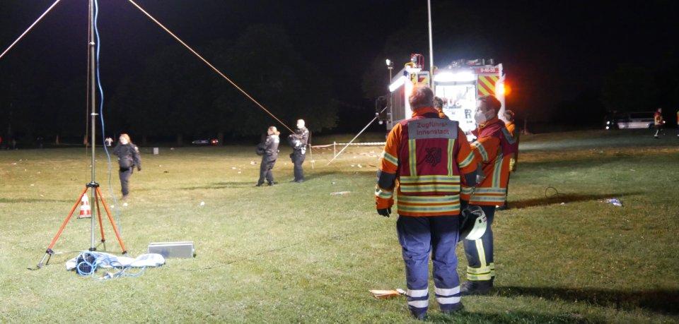 Die Feuerwehr Braunschweig half der Polizei beim Einsatz im Prinzenpark. Die Feiernden fanden das nicht so prall.