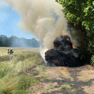 In Velpke im Kreis Helmstedt haben brennende Strohballen die Feuerwehr auf Trab gehalten.